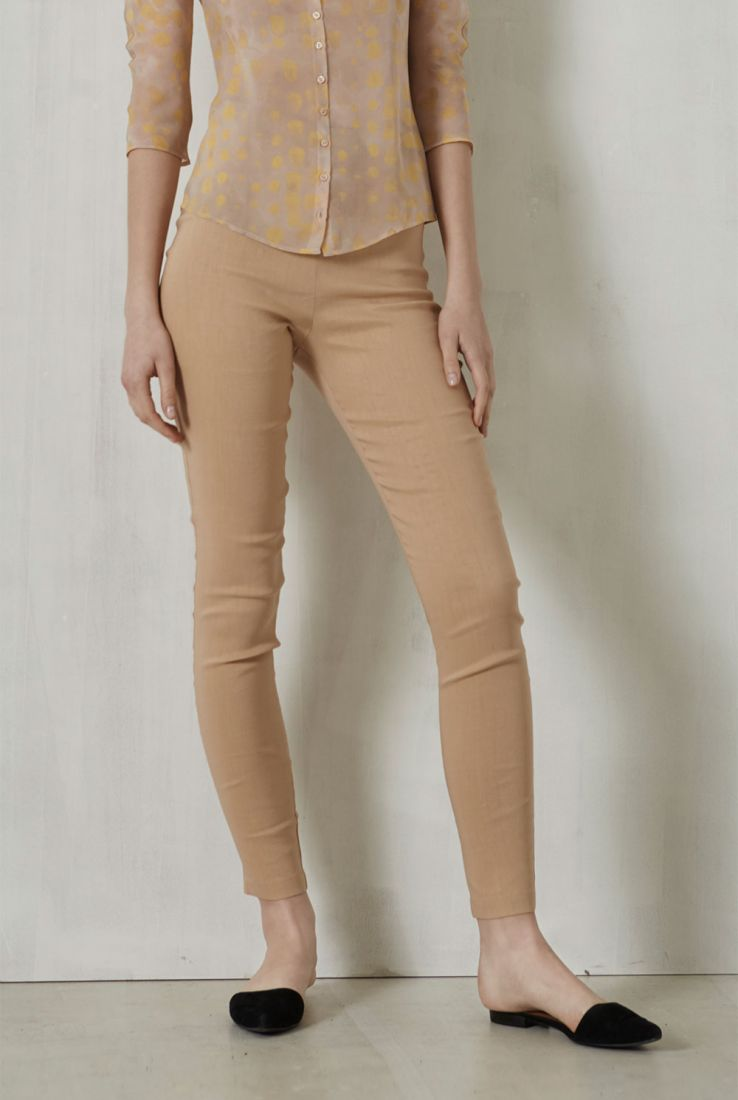 Manolo beige skinny pants. Cortana spring summer collection 2017.