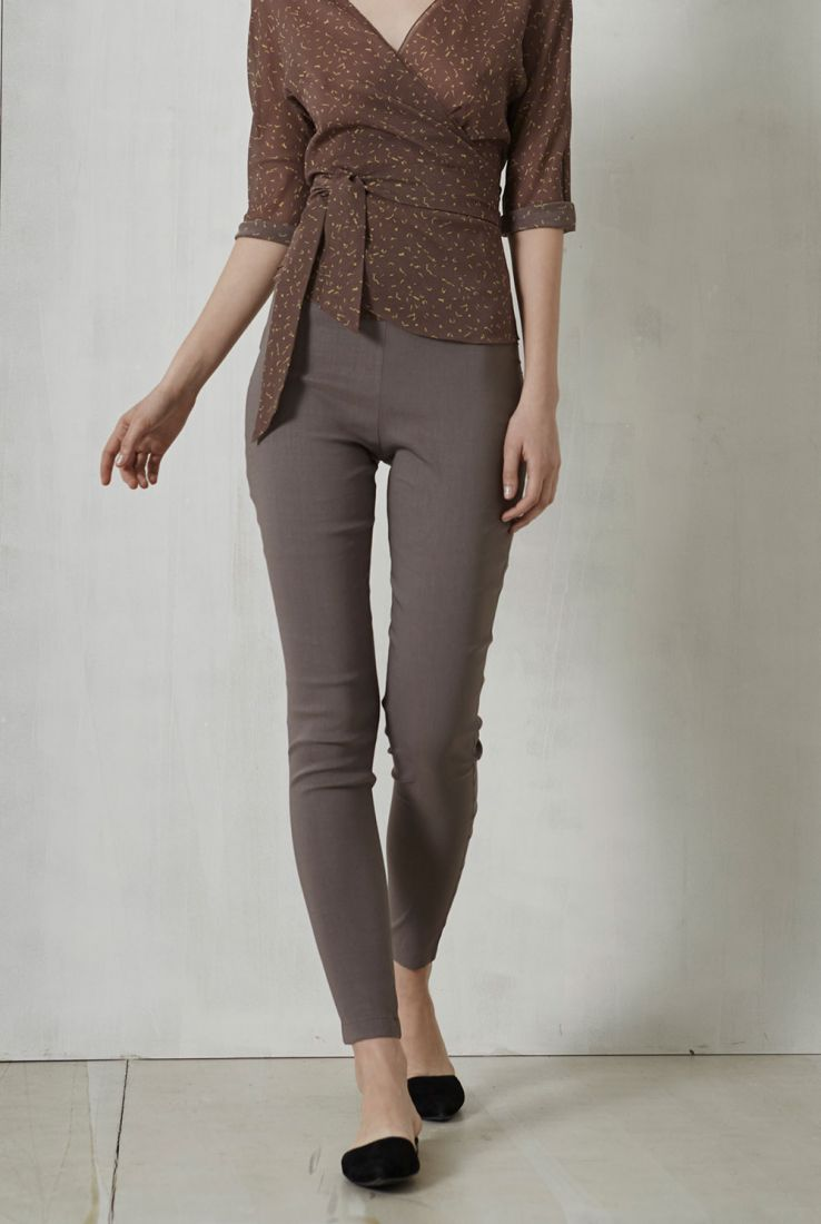 Manolo beige mauve pants. Cortana spring summer collection 2017.