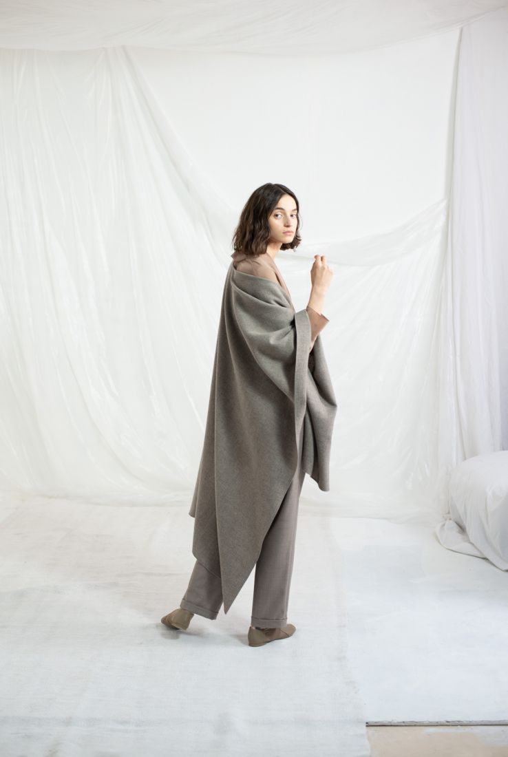 Poncho in taupe virgin wool