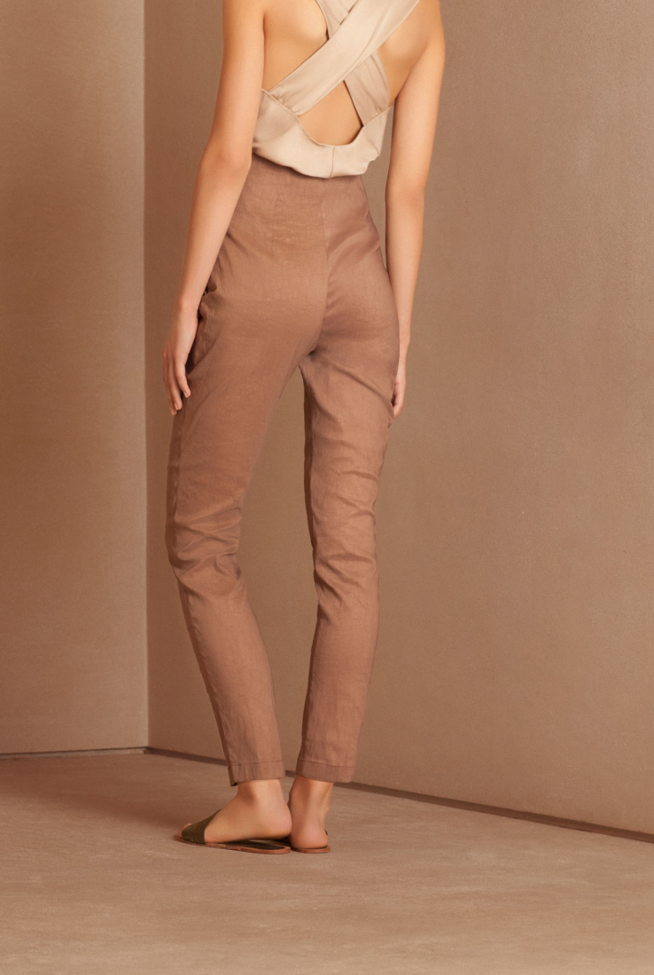 Pantalón Manolo en color tierra empolvada, Pantalones collection – Cortana Moda