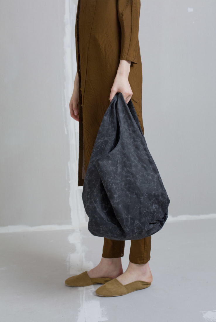 Beeswax, bolso de algodón encerado en negro, AW18 collection – Cortana Moda